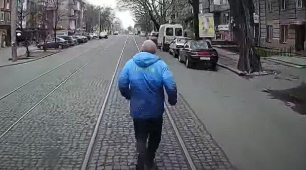 Чоловік біжить за трамваєм, кадр з відео: YouTube