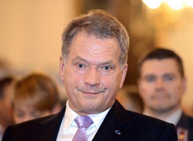 Президент Финляндии Саули Ниинистё поразил мир невиданной скромностью: примостился на ступеньках, фото