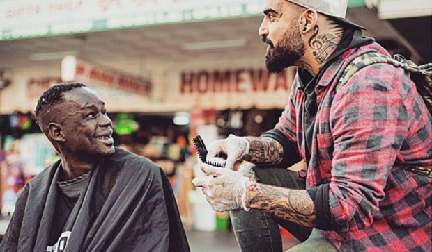Парикмахер делает бездомным стильные стрижки (фото)