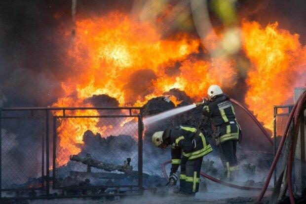 """""""Это поджог"""": в Ивано-Франковске горел многоквартирный дом, - жильцы выбегали, в чем стояли"""