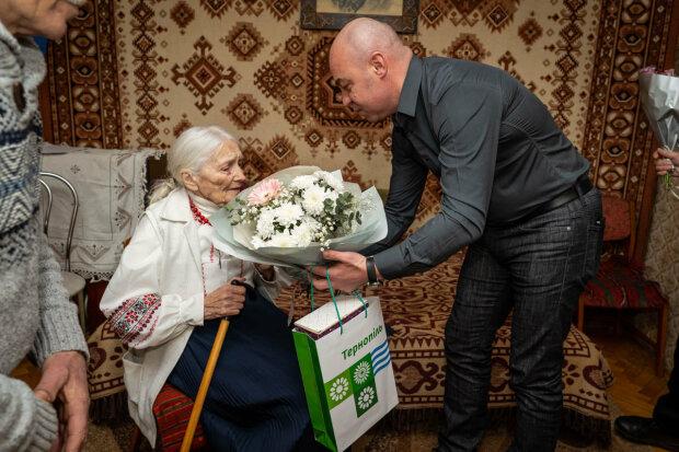 """Мэр Надал поздравил несгибаемую тернополянку с юбилеем, пережила Сталина и любила Бандеру: """"Низкий вам поклон!"""""""