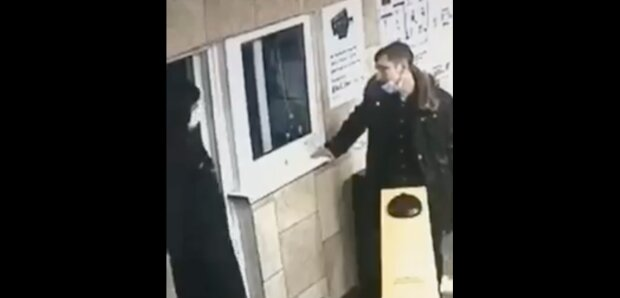 Неадекват в метро, фото: скриншот из видео