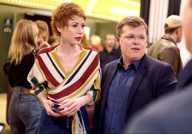 """Невеста Розенко перед камерой случайно показала все на заднем фоне: """"Сюжеты 16+"""""""