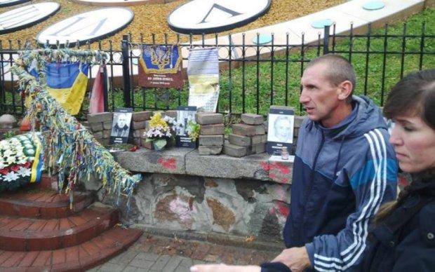 Уничтожение памятника Небесной Сотне: вандал все объяснил