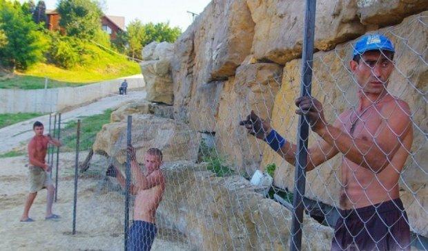 Олігарх відновлює паркан на пляжі наперекір Саакашвілі (фото)