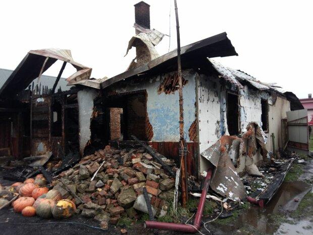 """На Львовщине многодетная семья осталась без крыши над головой, у малышей нет даже трусиков: """"Сгорело все"""""""