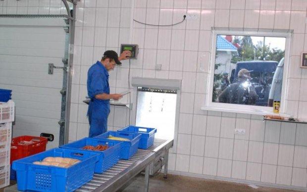Украинцам показали путь отравленного мяса на полки магазинов