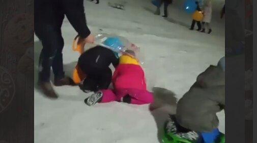 Украинец засунул малолетних детей в пакет и спустил с горы, вокруг были десятки людей