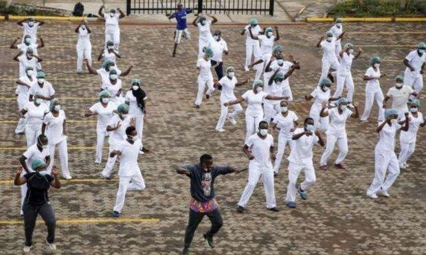 Біля кенійської лікарні 50 медиків станцювали зумбу, фото: Bloomberg
