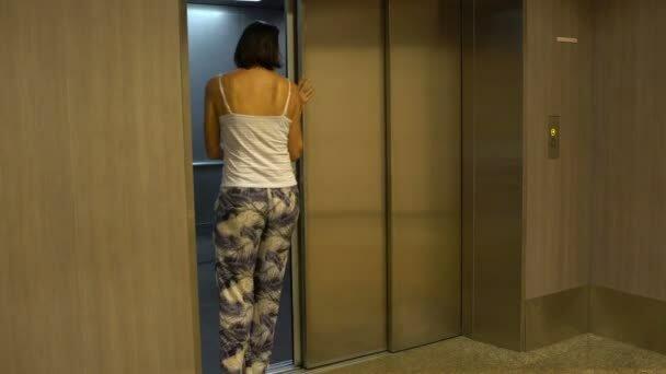 """""""Мачете"""" по-винницки: изверг с тесаком набрасывался на беззащитных женщин в лифте"""