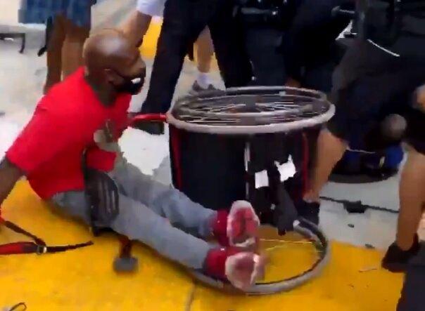 Копы избили афроамериканца с инвалидностью на акции протеста: все вокруг визжали от страха