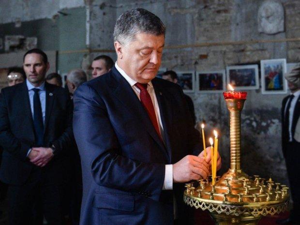 На врученні Томосу біля Порошенка знепритомнів священик: відео