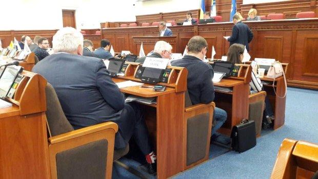 Директор Департаменту фінансів прийшов на засідання у смішних шкарпетках: жінки-депутати зацінили