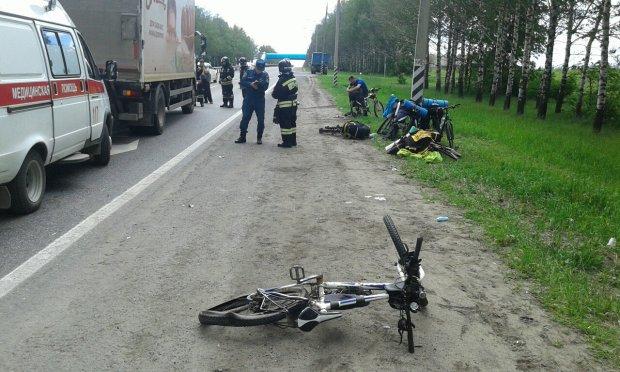 Мажор на BMW збив велосипедистів під Києвом: відвезли на швидкій