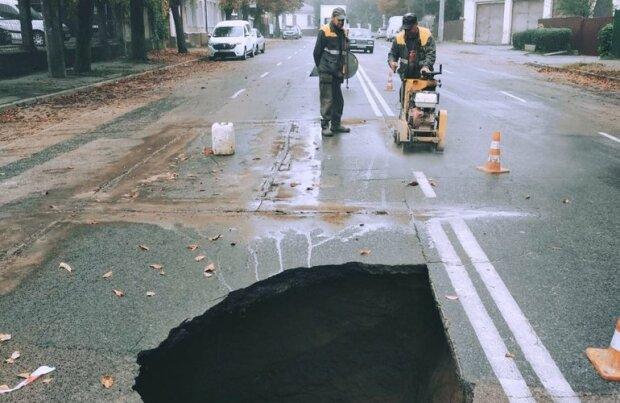 Коллектор не коллайдер, но портал в ад открыл: в Житомире посреди улицы возникла пропасть