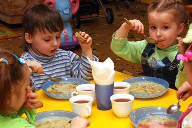 """Малыши отравились в садике под Киевом: только взгляните на это """"меню"""""""