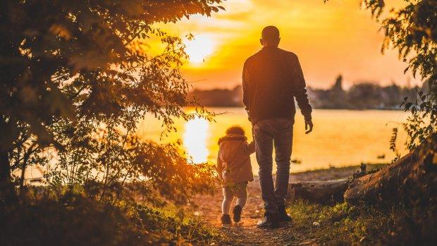 10 лет в роли отца: стремясь избавить дочь от насмешек сверстников, мать-одиночка сделала невероятное