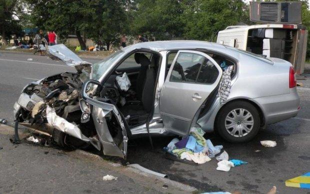 Жуткое двойное ДТП в Киеве превратило машину в груду железа: видео