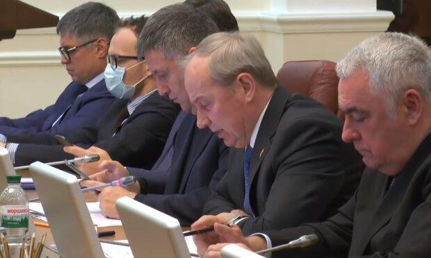 Аваков продезинфицировал руки и взялся ими за запрещенные шалости прямо на заседании кабмина, видео