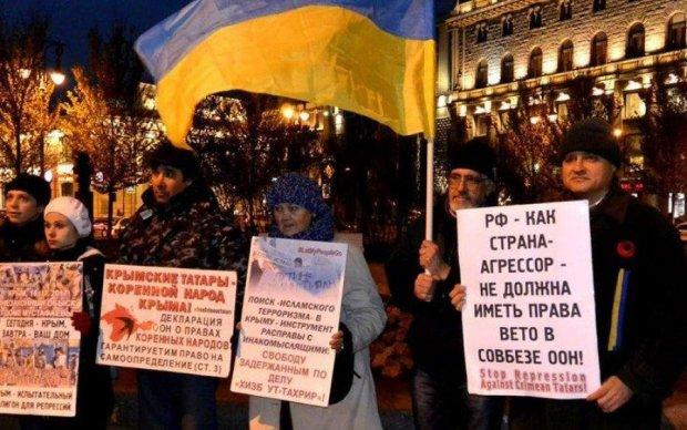 Що відбувається? Десятки росіян вийшли на вулиці з прапорами України