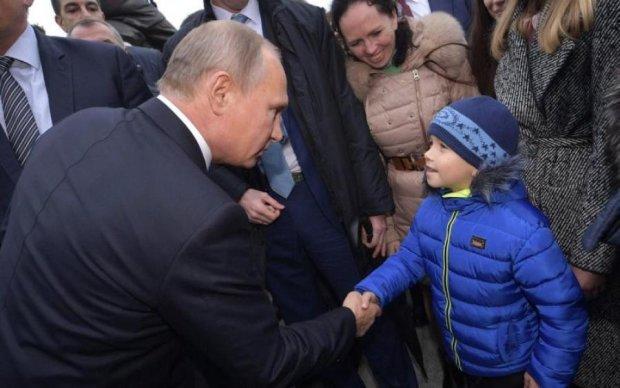 Хороший стимулятор: Путін нагородив юних спортсменів... собою
