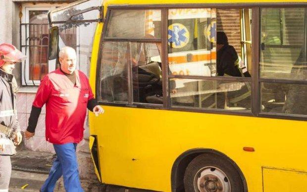 У Києві переповнена маршрутка влетіла у тягач: фото