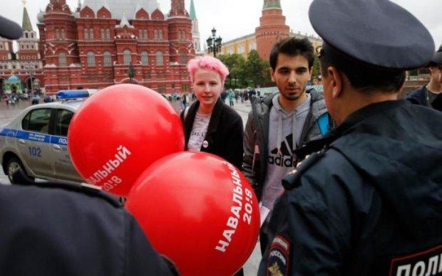 Зрада по-російськи: підлітку пригрозили в'язницею за значок з Навальним