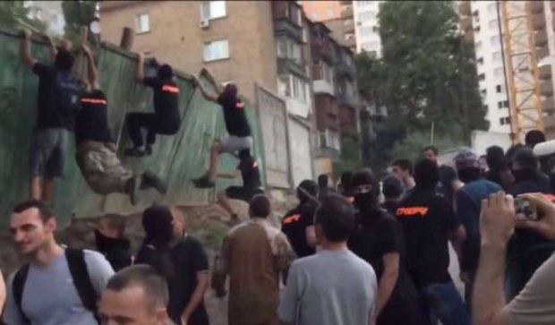 В Киеве произошла массовая драка со стрельбой: есть пострадавшие (видео)