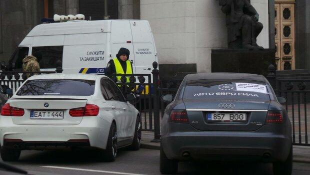 """Зеленский подписал главный закон по """"евробляхам"""": спасены, но ненадолго"""