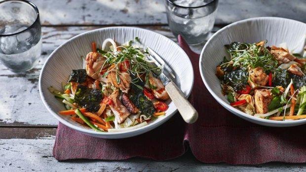 Салат з лососем і соєвим соусом: швидкий і дуже корисний рецепт