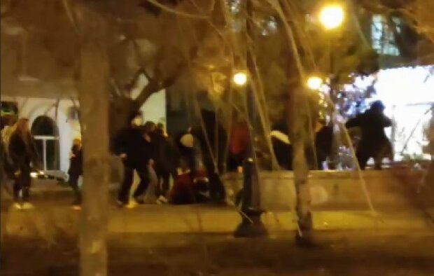 В Харькове малолетки устроили массовое побоище: копы заметили и ударили по газам