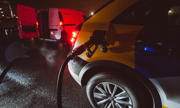 """Украинские АЗС """"сбросили"""" цены на топливо: где дешевле заправить авто"""