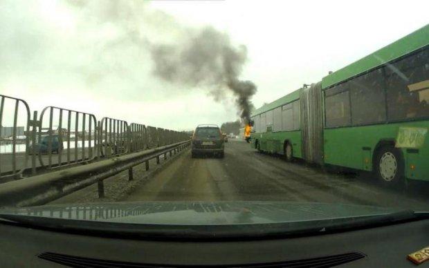 Автобус разорвал легковушку, украинцы сгорели заживо