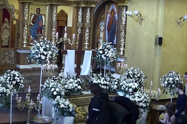 Молитва в церкви, скриншот с видео