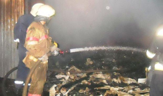80 рятувальників гасили пожежу на складах у Києві