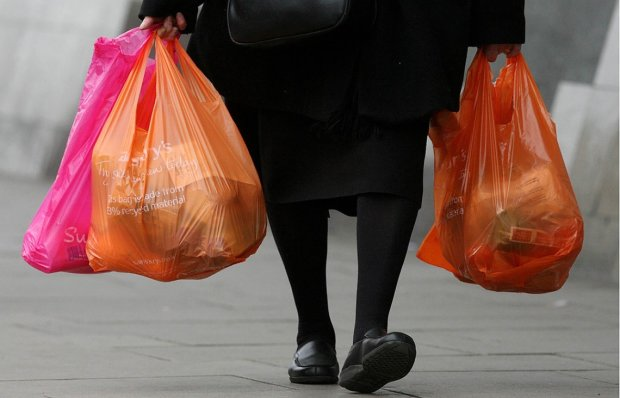 В супермаркетах заборонили поліетиленові пакети, за продаж - космічний штраф