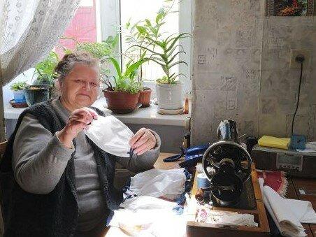 Львів'янки потужно захистили українських бійців від вірусу - пенсіонерки ночами не спали, щоб зробити це, героїчні кадри