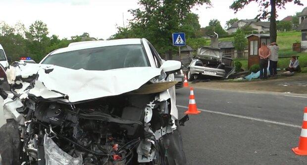 На Прикарпатье полицейский с бешеной скоростью врезался в авто: семья задохнулась под грудой металла