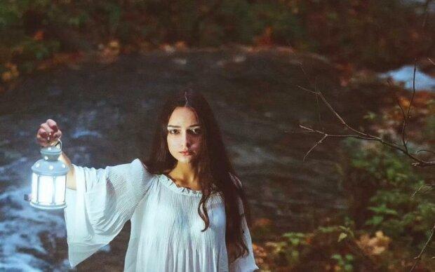 Девушка нашла в лесу живое существо без лица: видео для смелых
