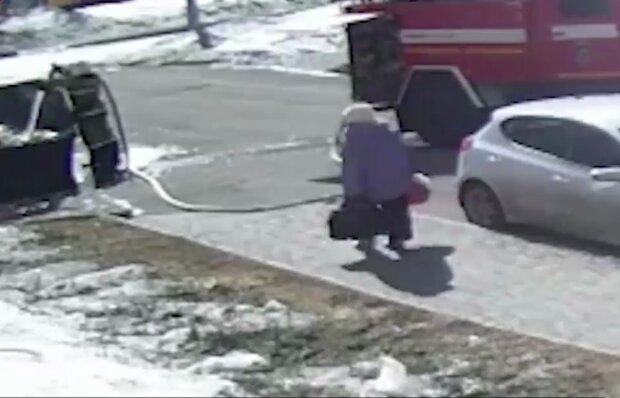 Пенсионерку сбил напор воды, кадр из видео