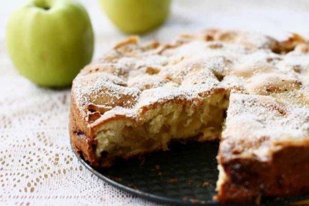Яблучна шарлотка: простий рецепт, який зможе приготувати навіть новачок