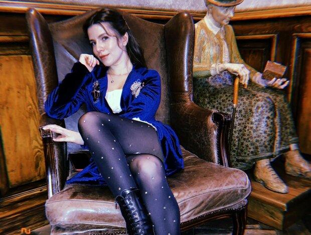 """Соблазнительная """"крестница"""" Вакарчука Соловий скрестила ножки на кресле: """"Заколядуем?"""""""