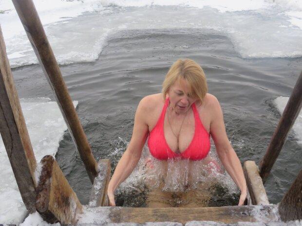 Піднімався не тільки настрій: в мережу злили фото найгарячіших дівчат з водохресної ополонки