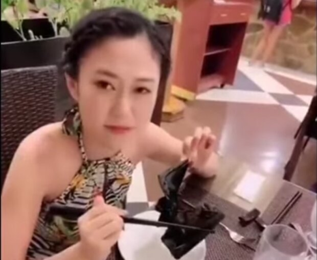 Рискуя жизнью: китайская пара показательно съела летучую мышь, несмотря на коронавирус