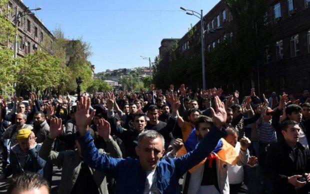 Майдан в Ереване: лидера протестующих кинули за решетку