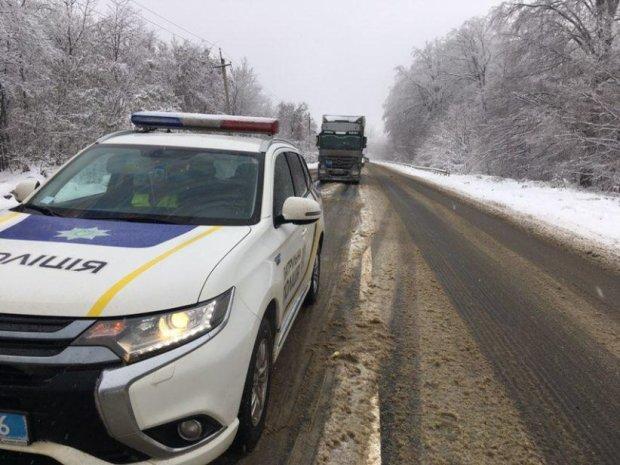 Под Киевом грузовик влетел в автобус: фото металлического месива