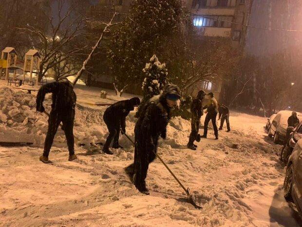 Львовяне самостоятельно убрали снег, фото с фейсбук