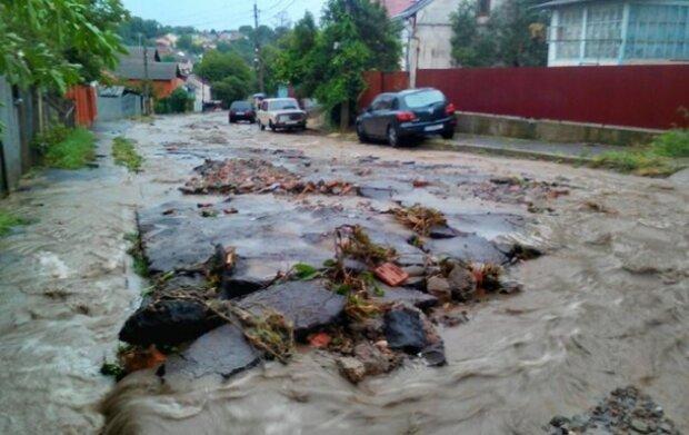 Вулиці пішли під воду, вітер зірвав дахи будинків: українці поділилися кадрами наслідків урагану