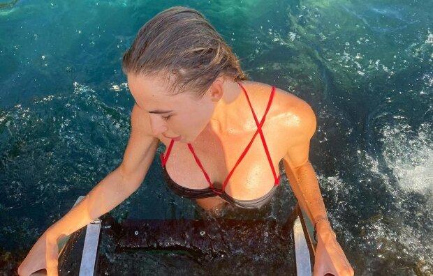 """Дружина голкіпера """"Динамо"""" зігнулася і показала солодкі форми на пляжі: """"Я скучила"""""""