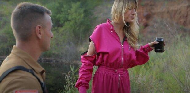 Леся Нікітюк випила води з Чорного озера, кадр з шоу Le Маршрутка: YouTube